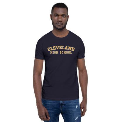 T-shirt unisexe Cleveland High School sur un homme.