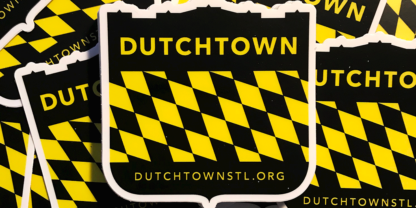 Gros plan d'autocollant Dutchtown Shield.